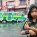 Un enfant tient dans ses bras un chiot, Manille, Philippines